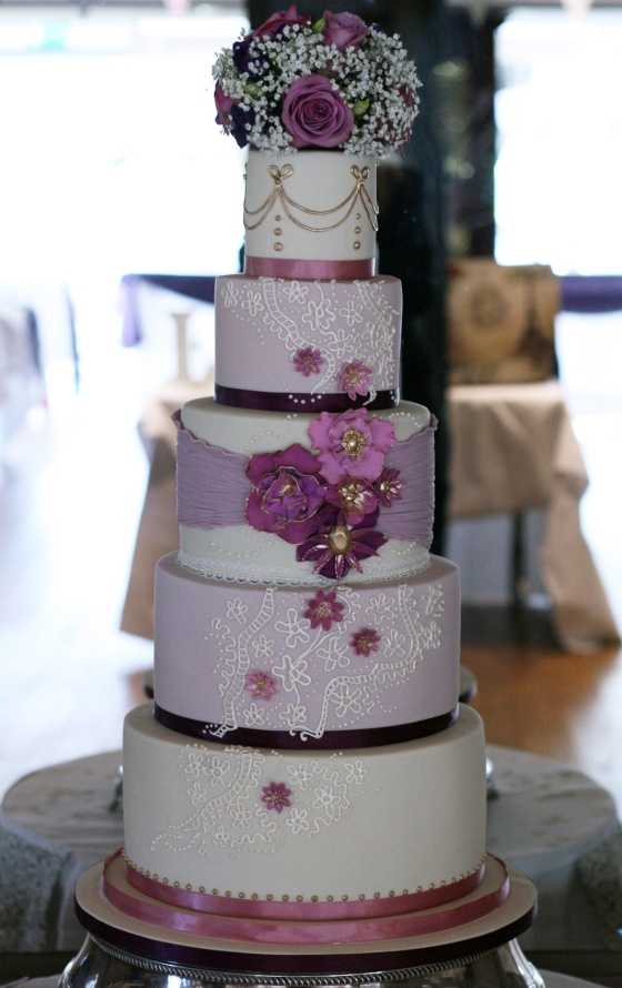 This was the first wedding cake that I've done for family of a friend, and Kaileah was such a lovely bride, having coffee with mum and bride was brilliant after lots and lots of brainstorming emails for months! As we finalised the design, Kaileah revealed that her husband to be was keen on a larger, more decadent looking cake than planned. Et voila, I added in some false tiers and a posy for a towering vintage inspired cake!
